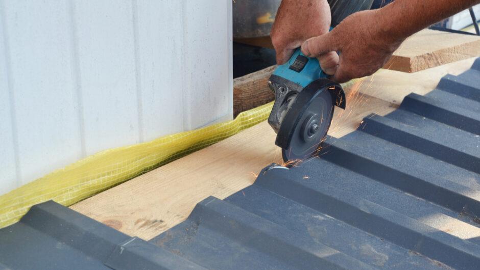 Poser de la tôle ondulée sur une toiture : comment s'y prendre ?