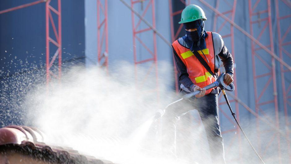 Le nettoyage de la couverture, une étape importante de la rénovation de toiture