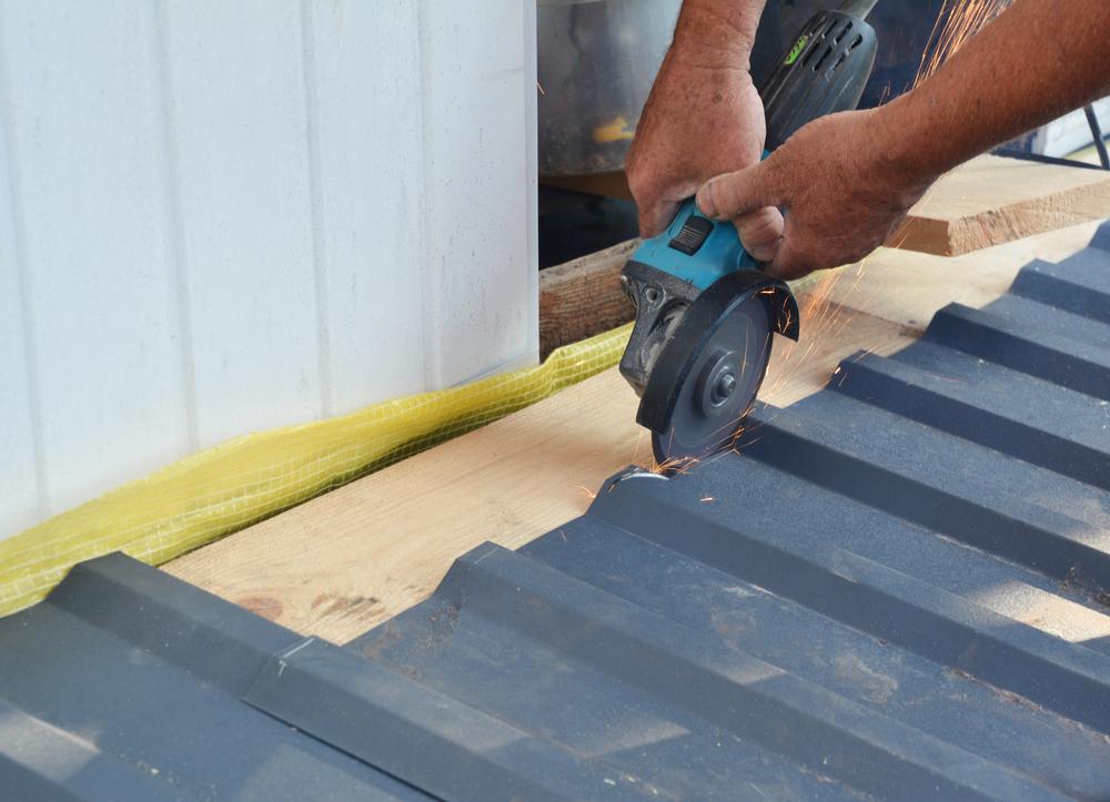 Poser de la tôle ondulée sur une toiture